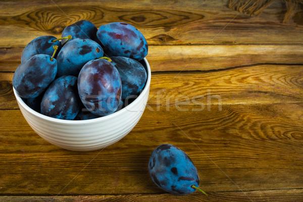 слива белый Кубок фрукты деревянный стол избирательный подход Сток-фото © TasiPas