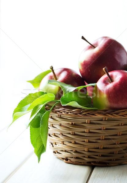 Jabłka wiklina koszyka pozostawia kopia przestrzeń Zdjęcia stock © TasiPas