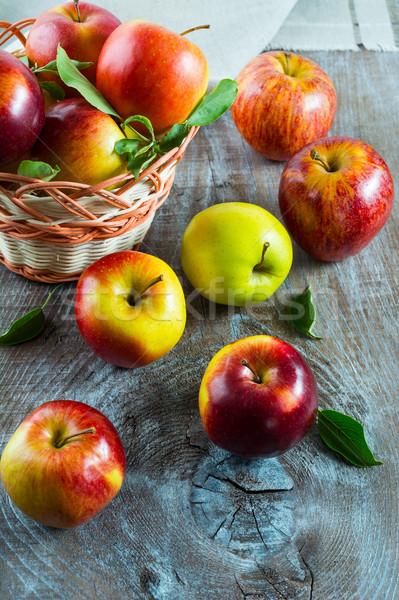świeże jabłka wiklina koszyka rustykalny owoce Zdjęcia stock © TasiPas