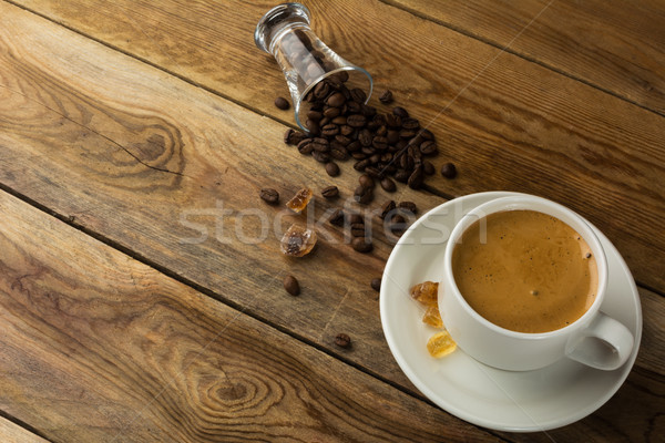 Blanche tasse café grains de café haut vue Photo stock © TasiPas