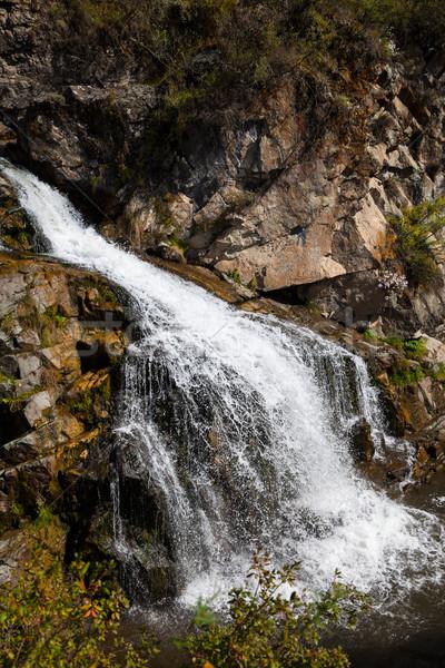 Mooie waterval bergen adembenemend verticaal berg Stockfoto © TasiPas