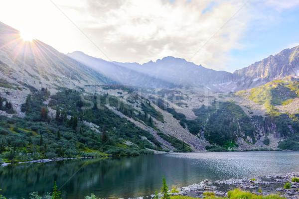 Belle lac paysage soleil montagne gamme Photo stock © TasiPas