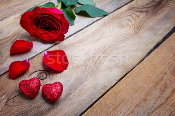 Día de san valentín tarjeta de felicitación Rose Red brillo corazones profundo Foto stock © TasiPas