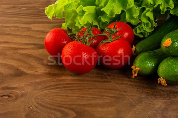 Paradicsom uborka saláta rusztikus fából készült egészséges étkezés Stock fotó © TasiPas
