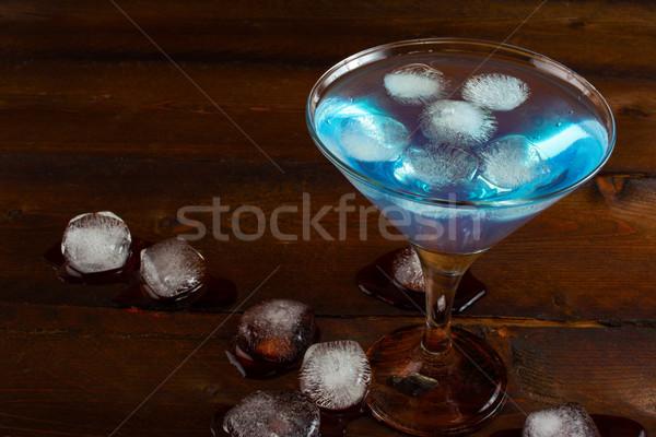 Jeges kék koktél fából készült kozmopolita martini Stock fotó © TasiPas