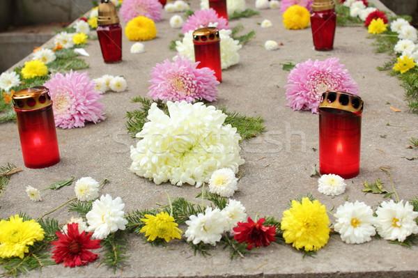 Kwiaty świece grobu kamień pełny tle Zdjęcia stock © taviphoto
