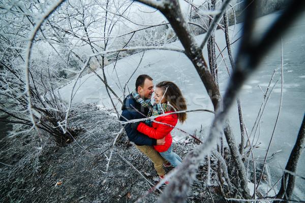Piękna para stwarzające zamrożone rzeki parku Zdjęcia stock © tekso