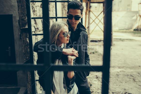 Jóvenes hermosa Pareja posando edificio Foto stock © tekso