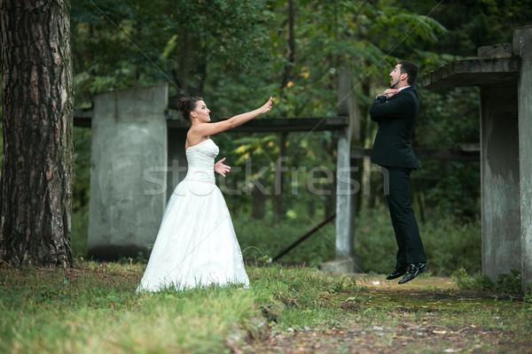 Bruid bruidegom lachend park vrouw Stockfoto © tekso