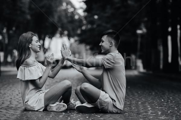 ストックフォト: カップル · 座って · 舗装 · 広場 · 小さな · スタイリッシュ