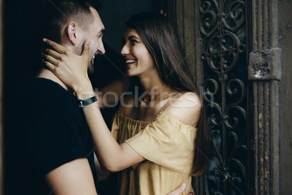 Pár pózol kapualj kamera lány kéz Stock fotó © tekso
