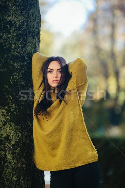 Mode meisje poseren park lang haar straat Stockfoto © tekso