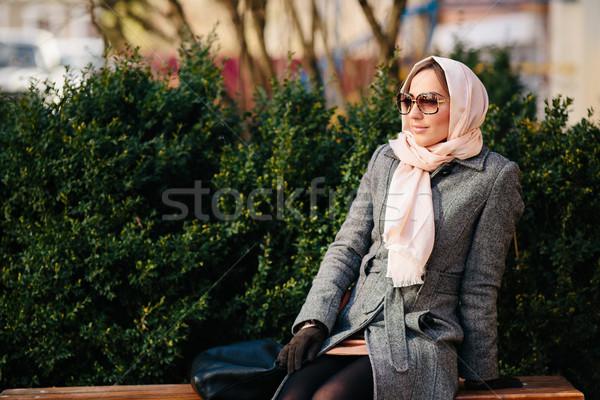 Lány ül pad park fiatal gyönyörű Stock fotó © tekso