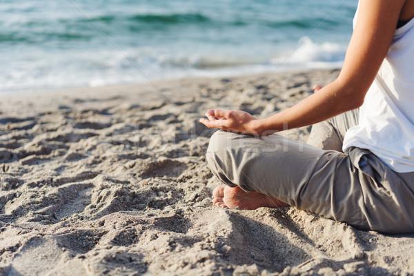 Test gyönyörű lány meditáció tengerpart nő nap Stock fotó © tekso