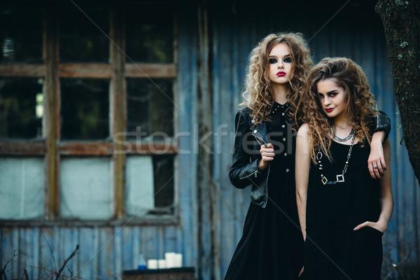 Due vintage donne posa accanto abbandonato Foto d'archivio © tekso