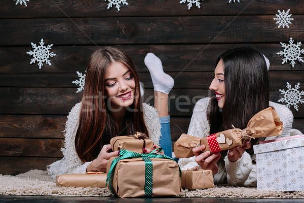 Deux belle filles mentir étage cadeaux Photo stock © tekso