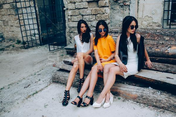 Három fiatal gyönyörű lányok pózol háttér Stock fotó © tekso