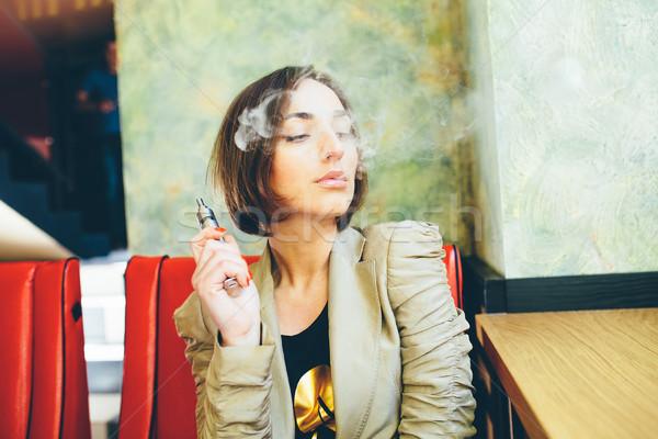 Ragazza elettronica sigaretta misterioso giovane ragazza modello Foto d'archivio © tekso