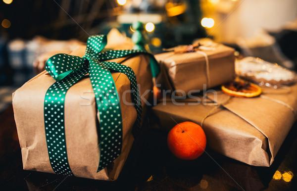 Foto stock: Hermosa · regalos · mentir · mesa · de · madera · nieve · fondo