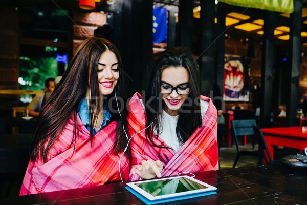 Twee sluiten vrienden kijken iets tablet Stockfoto © tekso