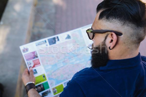 Barbu homme regarder carte séance mode Photo stock © tekso