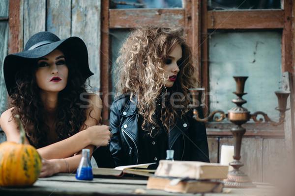 Foto stock: Dois · vintage · bruxa · sessão · tabela · abandonado
