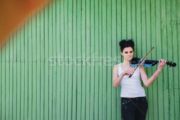 Güzel kız keman poz duvar genç tek başına Stok fotoğraf © tekso