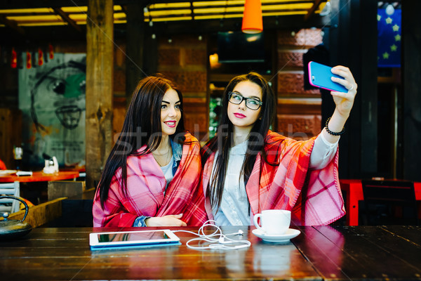 Twee sluiten vrienden cafe jonge Stockfoto © tekso