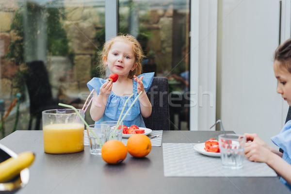 Meisje eten vers aardbeien gelukkig gezin vers fruit Stockfoto © tekso