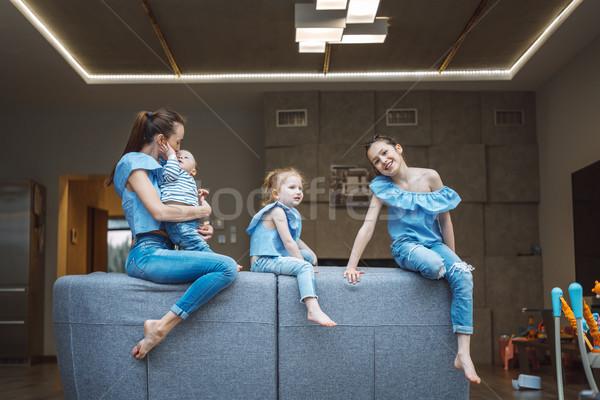 Mamá dos pequeño hijo sofá Foto stock © tekso