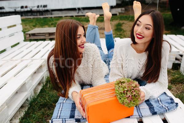 девочек лежать скамейке давать другой подарки Сток-фото © tekso