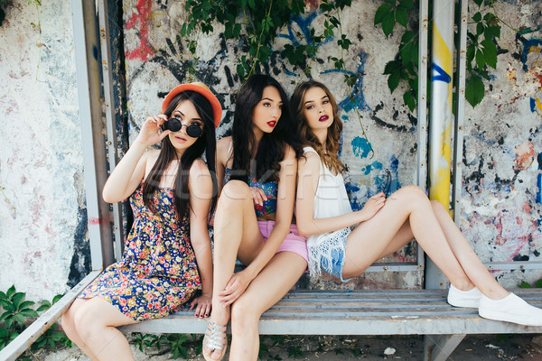 Drie mooie jonge meisjes poseren bushalte Stockfoto © tekso