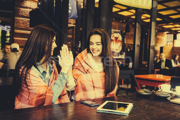 Iki genç güzel kızlar kafe Stok fotoğraf © tekso