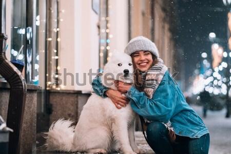 Meisje winter lopen stad sneeuw buiten Stockfoto © tekso