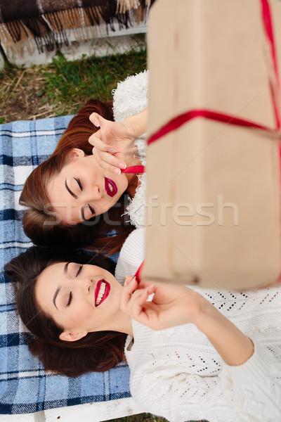 Kızlar yalan hediye iki güzel bank Stok fotoğraf © tekso