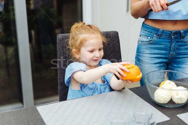 Mamãe filha cozinha alimentação laranjas mulher Foto stock © tekso