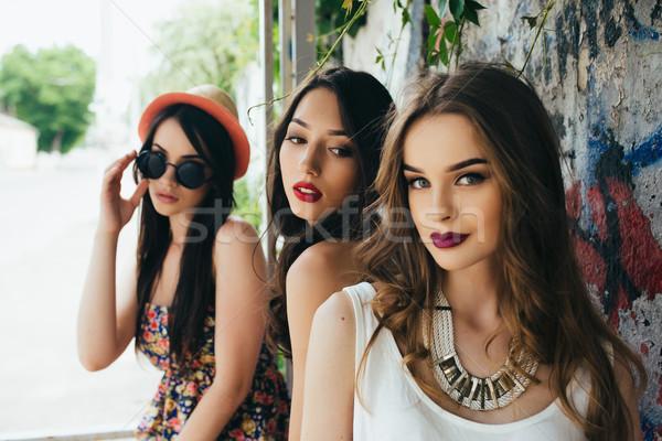 Tres jóvenes hermosa ninas parada de autobús mujer Foto stock © tekso