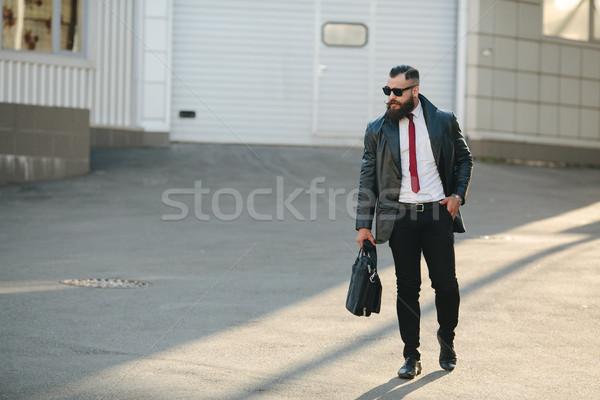 Jóképű férfi öltöny pózol kamera utca üzlet Stock fotó © tekso