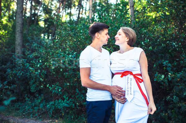 Embarazadas esposa marido parque posando junto Foto stock © tekso