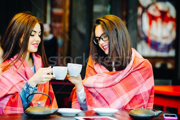 Kettő fiatal gyönyörű lányok pletykál terasz Stock fotó © tekso