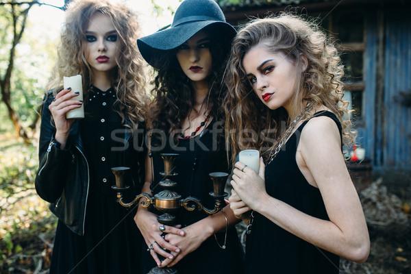 три Vintage женщины создают заброшенный здании Сток-фото © tekso