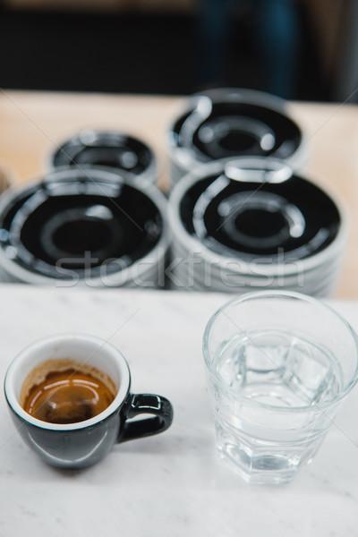 Kubek kawy szkła wody tabeli świetle Zdjęcia stock © tekso