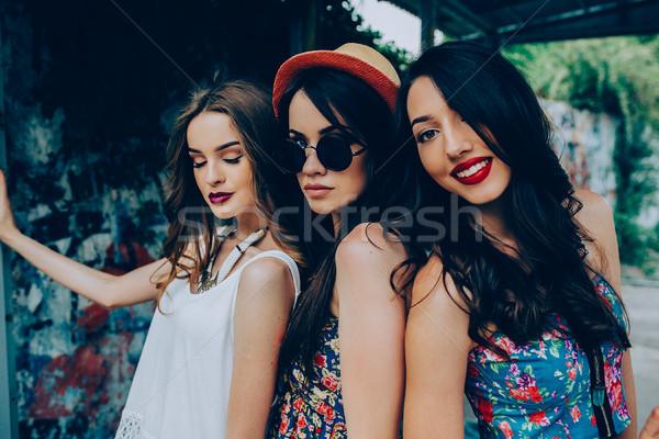 Trzy piękna młodych dziewcząt przystanek autobusowy stwarzające Zdjęcia stock © tekso