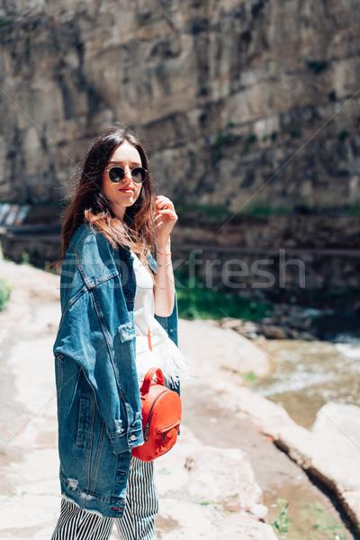 Lány áll kő fal élvezi vakáció Stock fotó © tekso