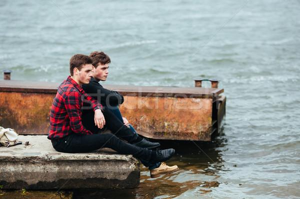Kettő barátok megnyugtató móló víz férfi Stock fotó © tekso