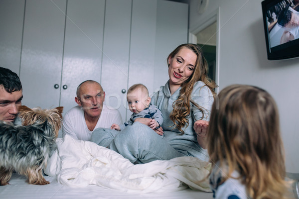 семьи играет кровать спальня портрет счастливым Сток-фото © tekso