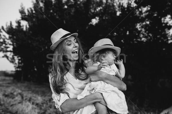 Moeder dochter samen buitenshuis gelukkig lachend Stockfoto © tekso