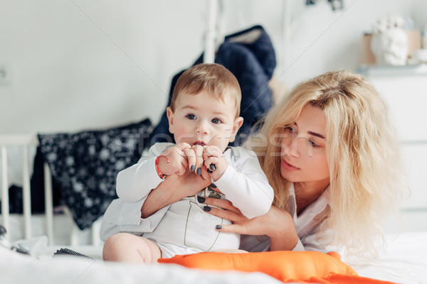 Moeder spelen baby slaapkamer gelukkig liefhebbend Stockfoto © tekso