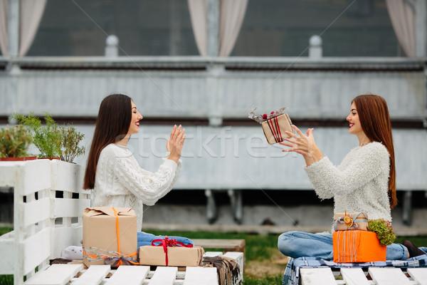 Kızlar hediyeler diğer iki güzel oturma Stok fotoğraf © tekso