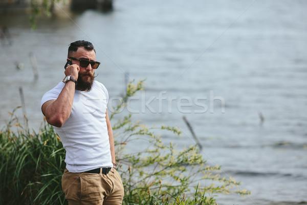 Amerikai szakállas férfi telefon folyó külső Stock fotó © tekso